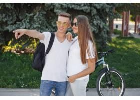 一对夫妇在夏城骑自行车_9659132