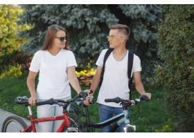 一对夫妇在夏城骑自行车_9659134