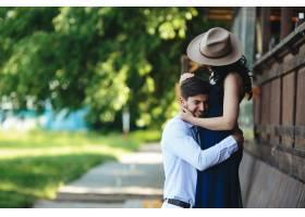 一男一女在公园里拥抱在一起_9887472