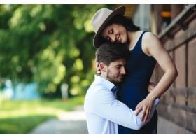 一男一女在公园里拥抱在一起_9887476