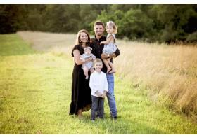 快乐的一家人带着他们的孩子和一个新生的婴_9282768