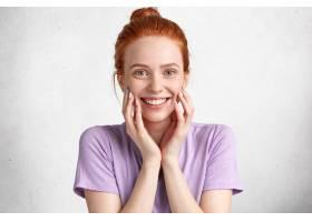 快乐的女模特表情开朗在镜头前笑容满面_9592053