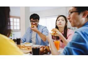 快乐的青年朋友小组在家里吃午饭亚洲家庭_10074916