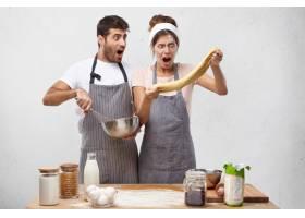 惊讶的女厨师摊开面团惊讶地看着意识到_9879692