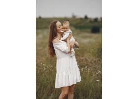 母亲带着女儿一家人在田野里刚出生的女_10063606
