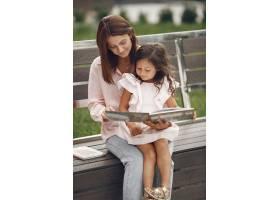 母亲带着女儿在城里看书_9658806