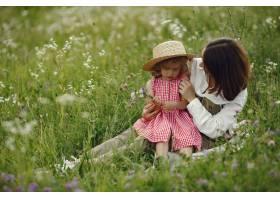 母亲带着女儿在夏日田野里玩耍_9658664