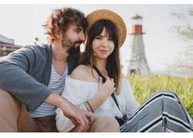 浪漫的年轻潮人情侣独立风格的爱情在乡村漫_10272515