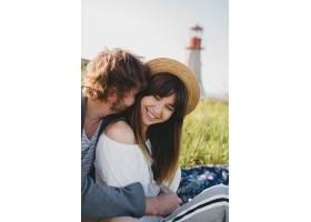 浪漫的年轻潮人情侣独立风格的爱情在乡村漫_10272520