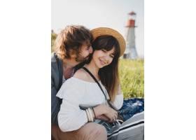 浪漫的年轻潮人情侣独立风格的爱情在乡村漫_10272526