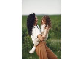 母亲带着女儿在夏日田野里玩耍_9695648