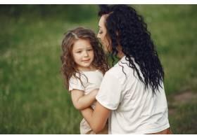 母亲带着女儿在夏日田野里玩耍_9695654