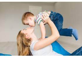 演播室拍摄的一位母亲和她的孩子玩耍的照片_9860615