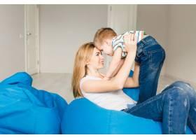 演播室拍摄的一位母亲和她的孩子玩耍的照片_9860679