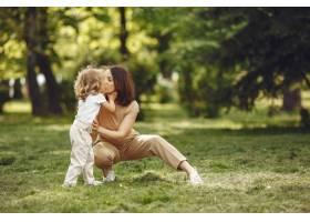 夏日森林里优雅的母亲带着女儿_9659289