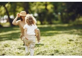 夏日森林里优雅的母亲带着女儿_9659323