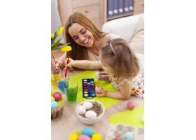 妈妈和她的宝宝画复活节彩蛋_10979353