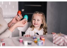 孩子们在厨房里画复活节彩蛋时玩得很开心_9784076