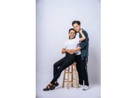 两个女恋人拥抱在一起坐在椅子上_10040571