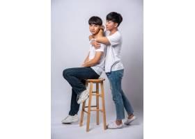 两个相爱的男人拥抱在一起坐在椅子上_10039439