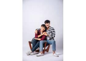 两个相爱的男人拥抱在一起坐在椅子上_10039981
