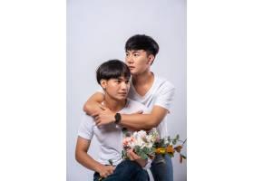 两个相爱的男人从背后拥抱_10039353