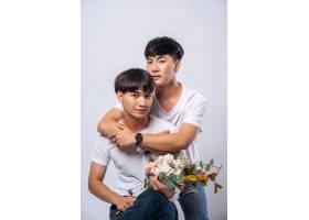 两个相爱的男人从背后拥抱_10039357