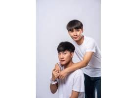 两个相爱的男人从背后拥抱_10039365