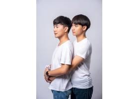 两个相爱的男人从背后拥抱_10039387