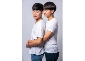两个相爱的男人从背后拥抱_10039397