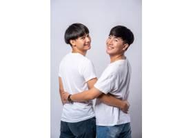 两个相爱的男人从背后拥抱_10039435