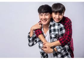 两个相爱的男人从背后拥抱_10039504