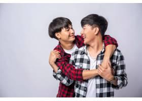 两个相爱的男人从背后拥抱_10039528