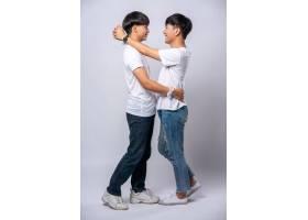 两个相爱的男人幸福地拥抱在一起_10039406