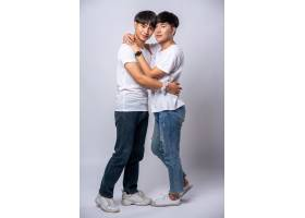 两个相爱的男人幸福地拥抱在一起_10039410