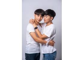 两个相爱的男人幸福地拥抱在一起_10039415