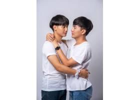 两个相爱的男人幸福地拥抱在一起_10039423