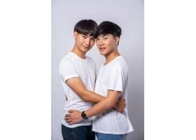 两个相爱的男人幸福地拥抱在一起_10039479