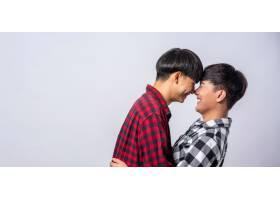 两个相爱的男人幸福地拥抱在一起_10039500