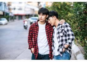两个相爱的男人幸福地拥抱在一起_10040325