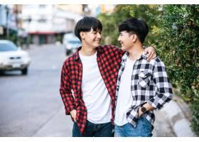 两个相爱的男人幸福地拥抱在一起_10040328