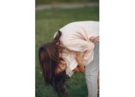 优雅的母亲带着女儿在夏季公园里_9658826