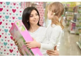迷人的母亲向女儿赠送新玩具_8792511