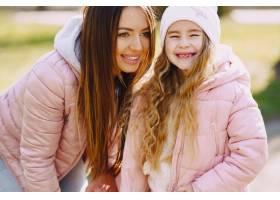 母亲和女儿在公园里玩耍_8355240
