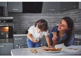 母亲和女儿在厨房里烘焙_9146966