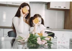 母亲带着女儿在家_8355448