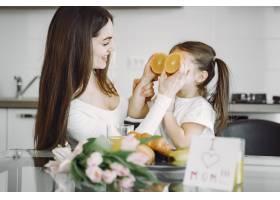 母亲带着女儿在家_8355450