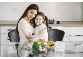 母亲带着女儿在家_8355452