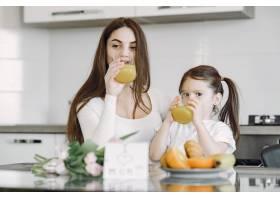 母亲带着女儿在家_8355453