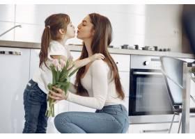 母亲带着女儿在家_8355460